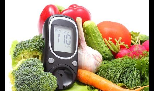 Diabetes Typ 1 Ernährung Glucometer mit Gemüse (c) Depositphotos @ratmaner