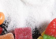 Diabetes Typ 1 Ursachen - Zucker und Süßigkeiten auf einem Tisch