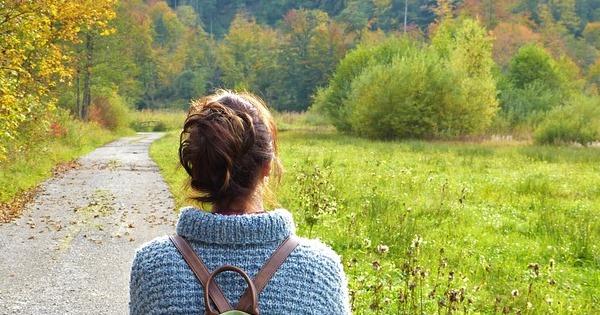 Diabetes Typ 1 im Alltag - Frau in der Natur beim Wandern