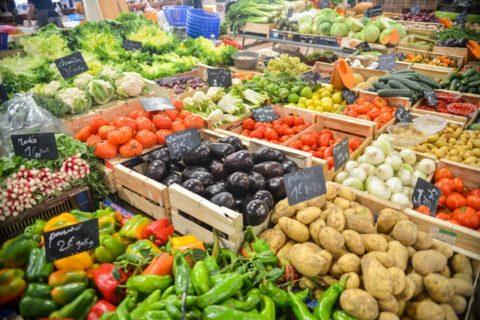 frisches Gemüse auf einem Bauernmarkt mit viel Vitamin C