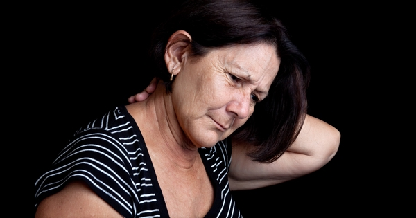 Rheumatoide Arthritis Symptome Frau mit Schmerzen