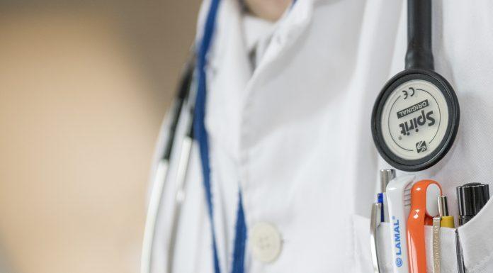 Rheumatoide Arthritis Therapie Arzt mit Kittel