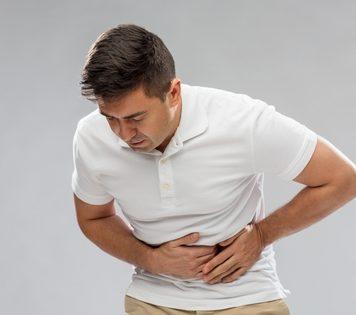 Leaky Gut Syndrom - Mann hält sich schmerzenden Bauch