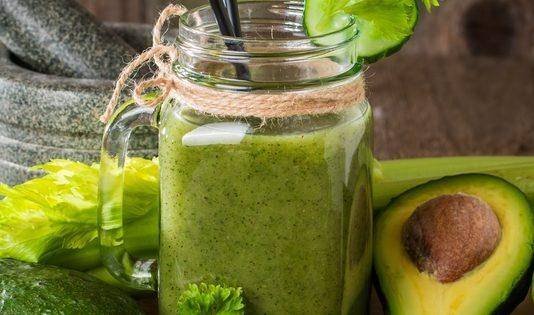 Leber entgiften - Auswahl grüner, gesunder Nahrungsmittel und Smoothie