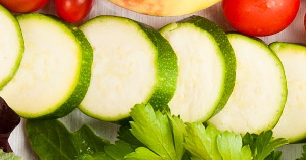 Paleo Ernährung - Teller mit Zucchini und Kräutern