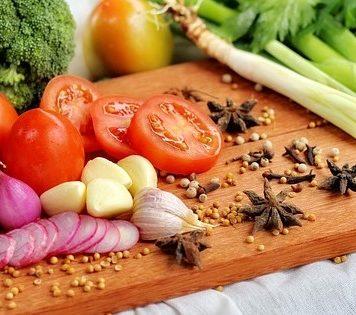 Reizdarm Ernährung - Gemüse auf einer Schnittfläche