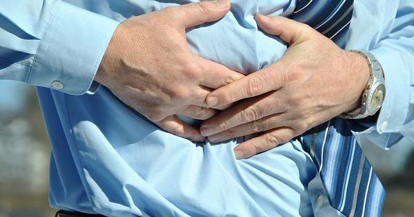 Reizdarm Ursachen - Mann hält sich schmerzenden Bauch