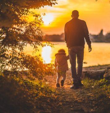 Antiphospholipid-Syndrom Lebenserwartung - Opa geht mit Enkel an den See und im Sonnenuntergang