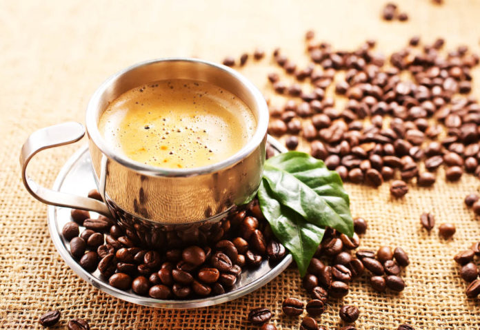 Kaffee bei Autoimmunerkrankungen - Tasse Kaffee mit Kaffeebohnen