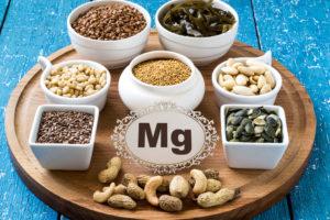 Welche Lebensmittel enthalten Magnesium? Nüsse, Hülsenfrüchte und Vollkornprodukte sind ideale Quellen für Magnesium.
