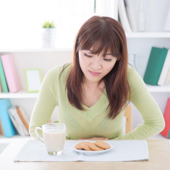 Laktoseintoleranz Milch asiatische Frau Bauchweh