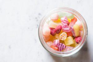 Sorbit kommt als Zuckerersatz und Feuchthaltestoff oft in Süßigkeiten vor