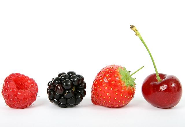 himbeere brombeere erdbeere und kirsche vor weißem hintergrund