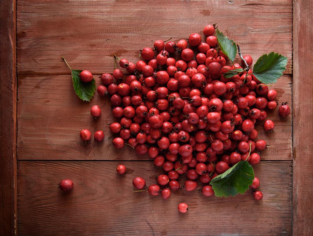 vitamin c reiche lebensmittel die hagebutte auf holztisch