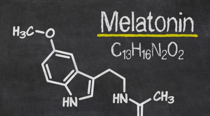 Melatonin chemische Strukturformel auf schwarzem Brett